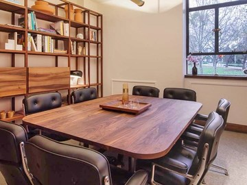 Renting out with online payment: Wooden boardroom
