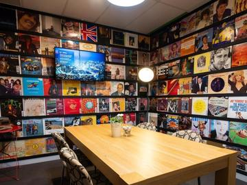 Renting out with online payment: Record funky room