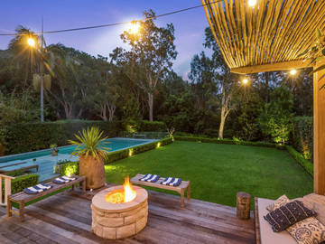 Renting out with online payment: Sandstone firepit on deck with garden